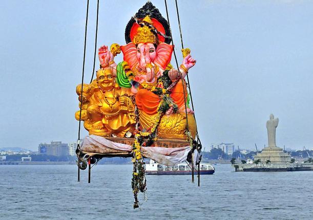 hussain-sagar-Ganesh-Visarjan