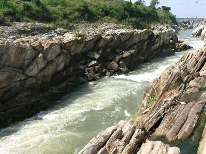 marble-rocks-jabalpur-15 incredible natural wonders of india